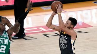 Stephen Curry lanza a canasta para dar la victoria a los Warriors