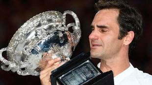 Federer, con el trofeo