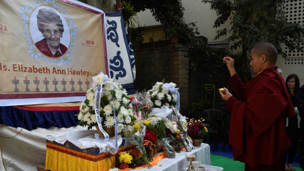 Monjes budistas realizan sus ritos en la ceremonia funeraria de...