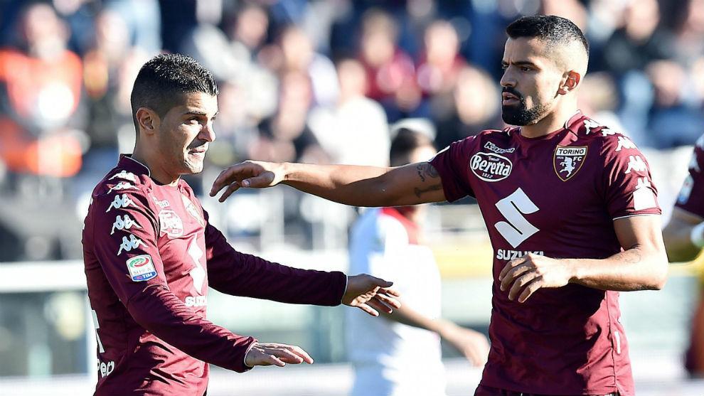 Iago Falque celebra con Tomás Rincón su gol al Benevento.