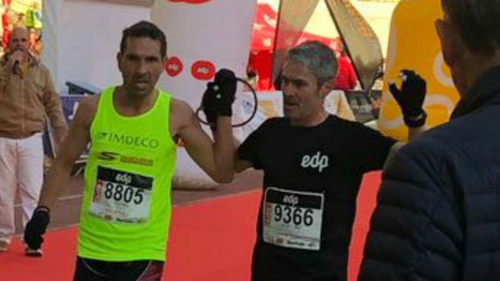 Martín Fiz y el atleta paralímpico Manuel Garnica llegando a meta.