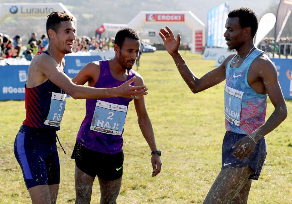 Fifa y Haji felicitan a Ayalew tras cruzar la línea de meta.