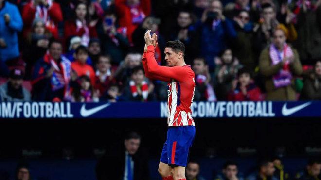 Torres aplaude a la afición tras ser sustituido.