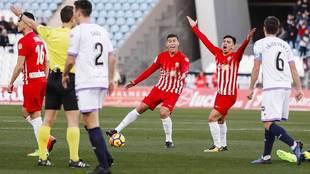 Los jugadores del Almería protestan una acción del encuentro
