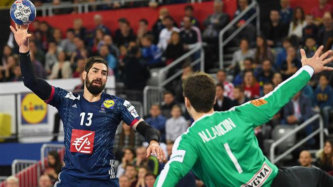 Nikola Karabtic intenta un lanzamiento parabólico ante Niklas Landin.