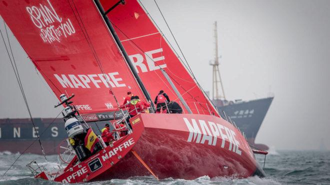El MAPFRE, con un barco de marcancías delante durante la costera de...