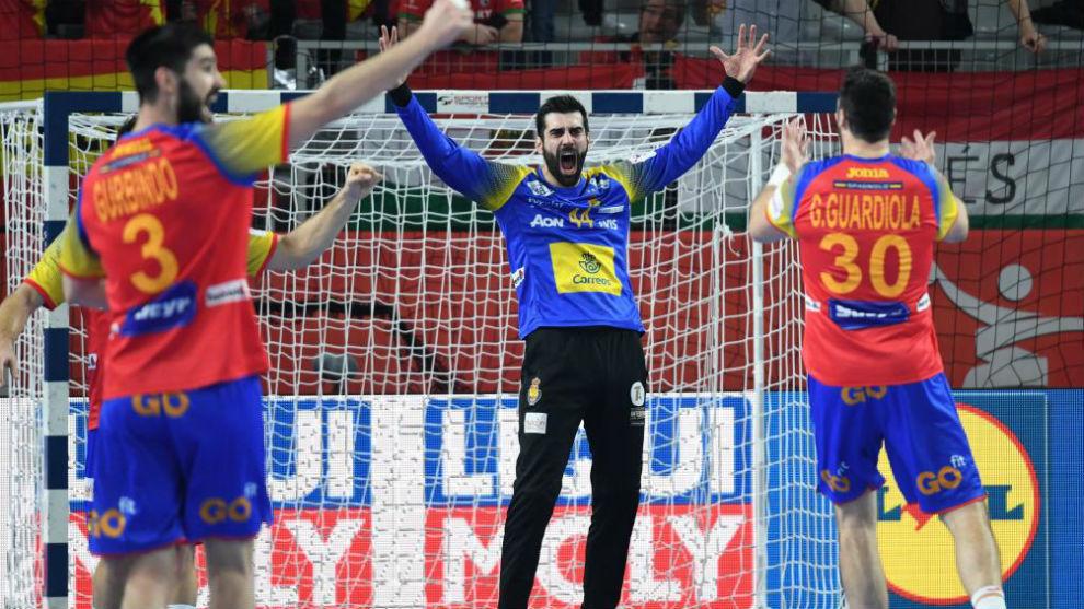 Los jugadores de la selección celebran el triunfo frente a Suecia.
