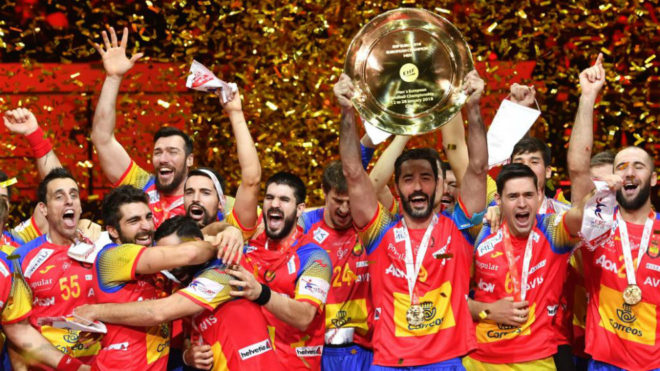 La selección española de balonmano con el trofeo.