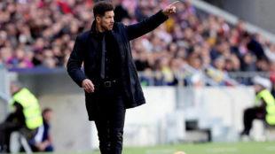 Simeone da instrucciones a sus jugadores.