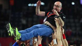 Jordi Ribera fue manteado por los jugadores tras el triunfo.