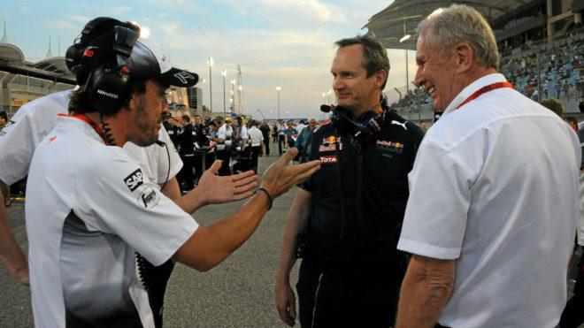Fernando Alonso habla con Helmut Marko.