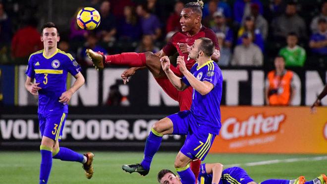 Agudelo intenta controlar un balón ante Todorovic.