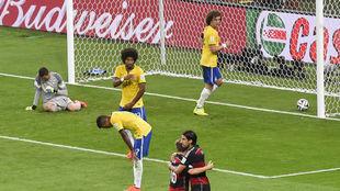 Kroos y Khedira se felicitan tras un gol de Alemania a Brasil en el...