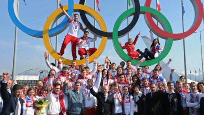 El presidente ruso Vladimir Putin con deportistas rusos en los Juegos...