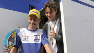 Rossi posa junto a Federer, en Estoril, en 2008.