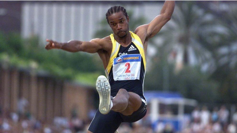 Ivan Pedroso durante una prueba de salto de longitud