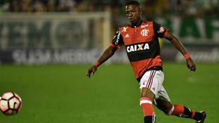 Vinicius disputa un balón en Brasil