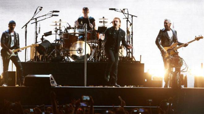 La banda de rock Irlandesa U2 actuando en el Estadio Nacional, en...