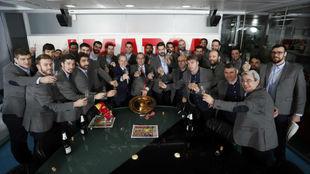 Los 'Hispanos' celebran su triunfo en la redacción de...