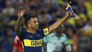 Carlos Tévez saluda al público de La Bombonera.