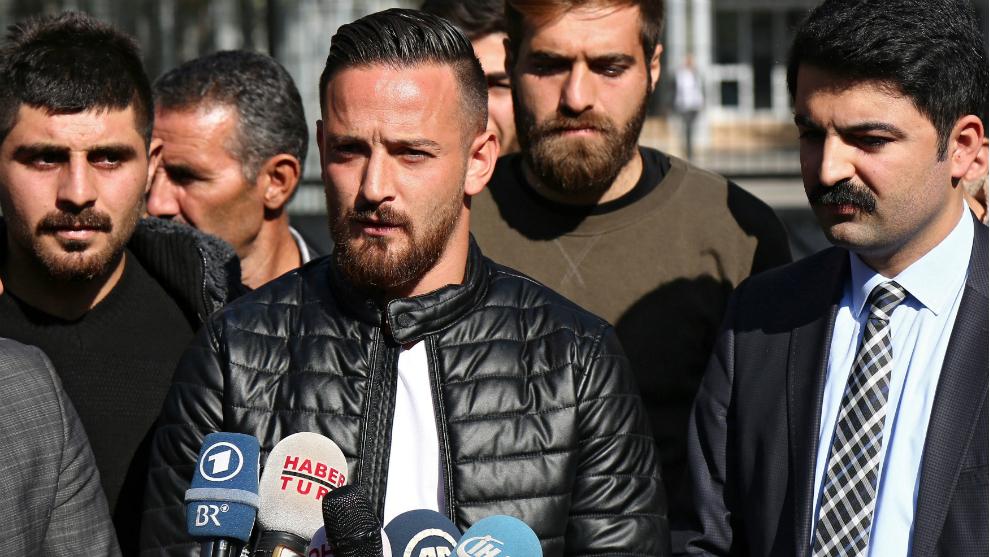 Deniz Naki dando una rueda de prensa
