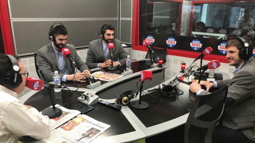 Tres de los hispanos en los estudios de Radio MARCA