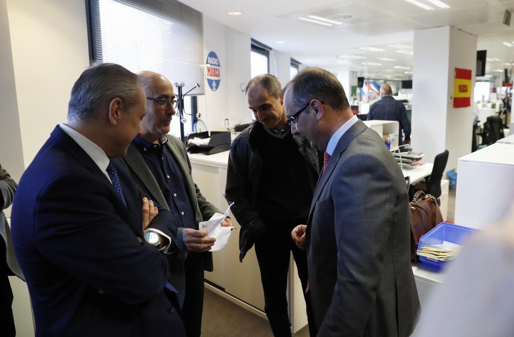Jordi Ribera entregando sus notas a J.I. Gallardo, director de MARCA,...