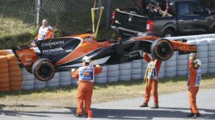 El MCL33 de Alonso chorreando aceite en Montmeló en el GP de España...