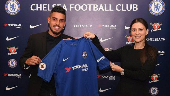 Emerson posa con la camiseta del Chelsea.