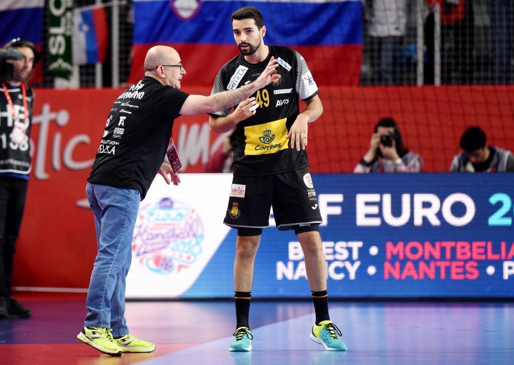 Jordi Ribera da instrucciones a Solé durante el partido frente a...