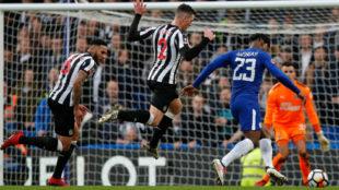 Batshuayi dispara a puerta contra el Newcastle.