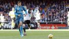 Varane conduce el balón en el partido de Mestalla