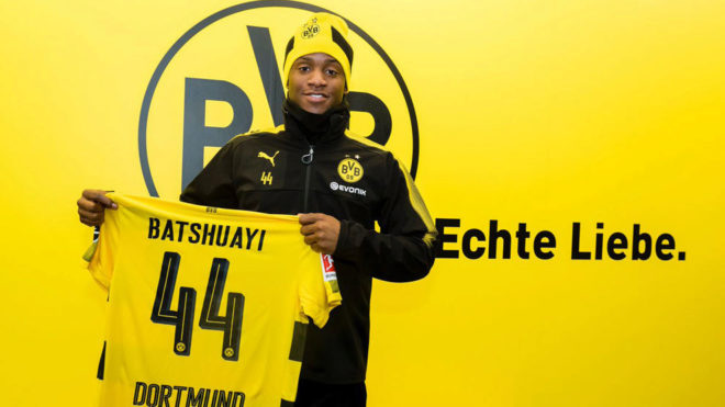 Batshuayi posa con la camiseta del Dortmund.