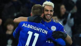 Mahrez celebra un gol con el Leicester.