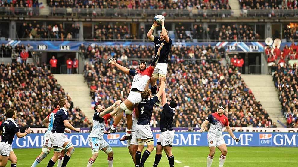 Una 'touche' del duelo del año pasado entre Francia y Escocia en...
