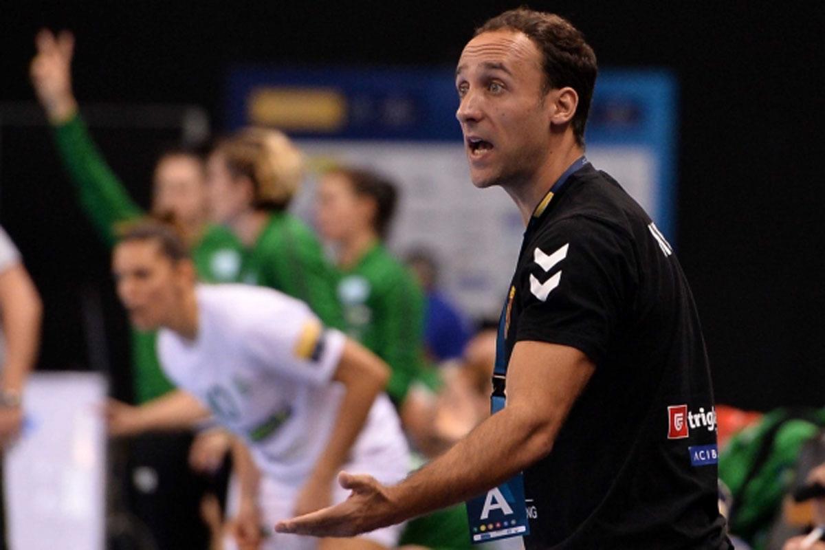 Roberto Gª Parrondo durante un partido con el Vardar femenino
