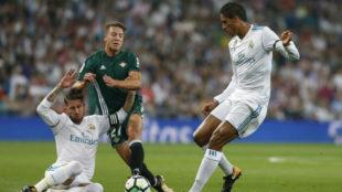 Ramos y Varane, durante el choque liguero ante el Betis