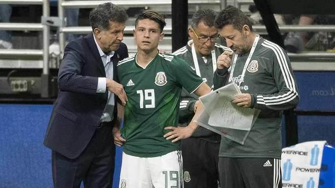 González, recibiendo las indicaciones de Osorio, antes de entrar al...