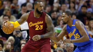 LeBron James enfrentándose a los Golden State Warriors