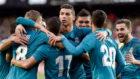 Los jugadores del Madrid celebran un gol en Mestalla