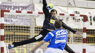 Gómez Lite ante Gonzalo en un partido de la Liga Asobal