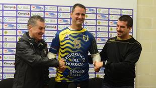 El presidente del club, Manuel Camiña, Diego Moyano, y el técnico...