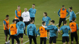 Zidane y los jugadores, durante una charla en el Mundial de Clubes
