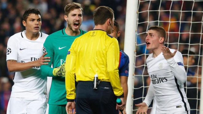 Los jugadores del PSG protestan en el Camp Nou.