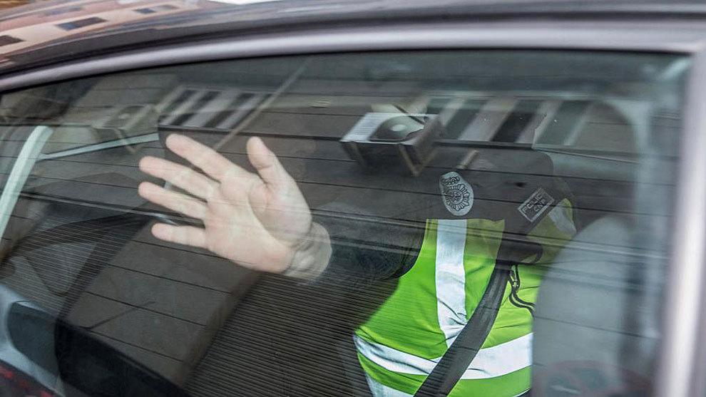 Quique Pina, camuflado en el coche de la Policía Nacional