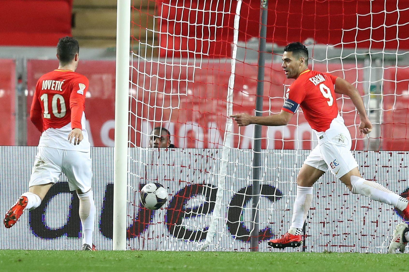 Falcao acude a celebrar un gol del Mónaco con Jovetic.