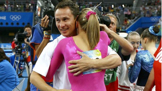 Valeri Liukin con su hija Anastasia en los JJOO de Pekín 2008.
