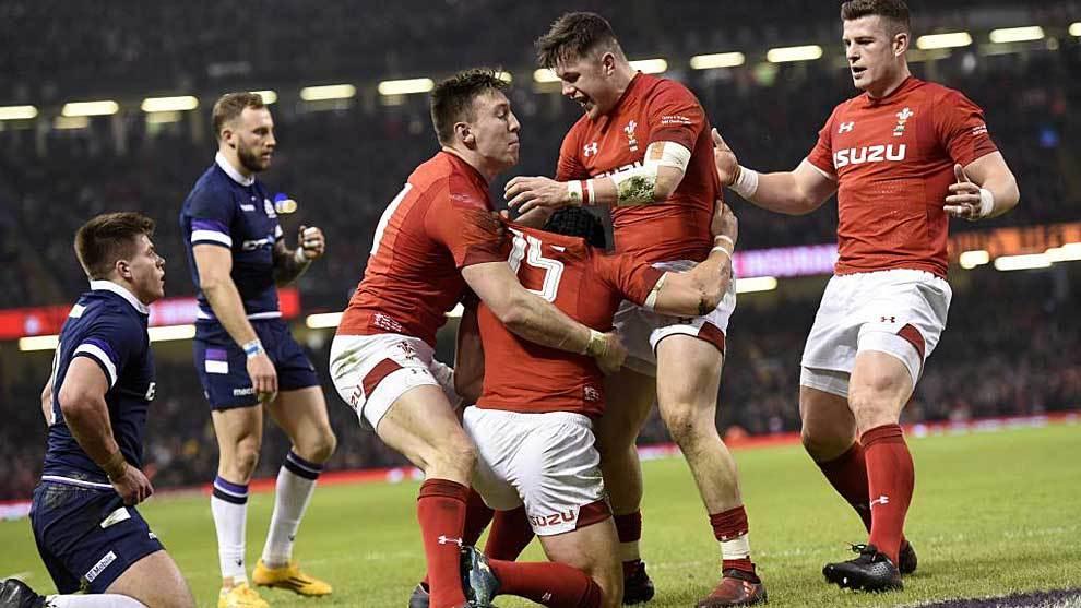Los jugadores galeses celebran con Halfpenny el segundo ensayo del...