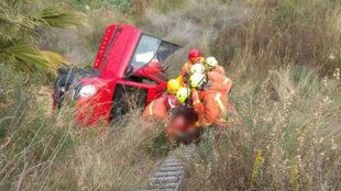 La mujer, asistida por los bomberos tras el accidente