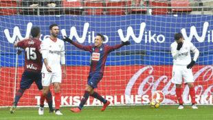 Orellana celebra el 2-1 ante la decepción de Layún y Roque Mesa.